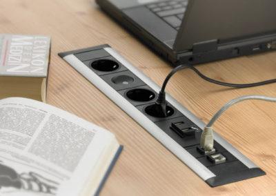 ramka ze złączami w biurku